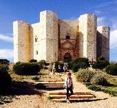 Una domenica di fine ottobre, a Castel del Monte splende il sole.