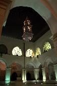 Campanile illuminato della Chiesa di San Francesco visto dal suo chiostro